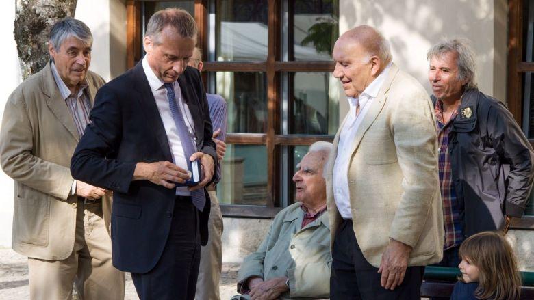 Bernard Combes, le maire de Tulle, remet la médaille de la ville à Michel Piccoli / © Franck Barrat-Arnal