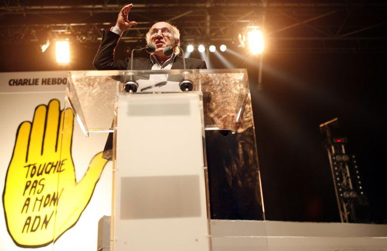 Michel Piccoli en plein discours le 14 octobre 2007 lors d'un meeting organisé par l'association SOS Racime, le quotidien Libération et l'hebdomadaire Charlie Hebdo pour protester contre les tests ADN sur les migrants. / © AFP