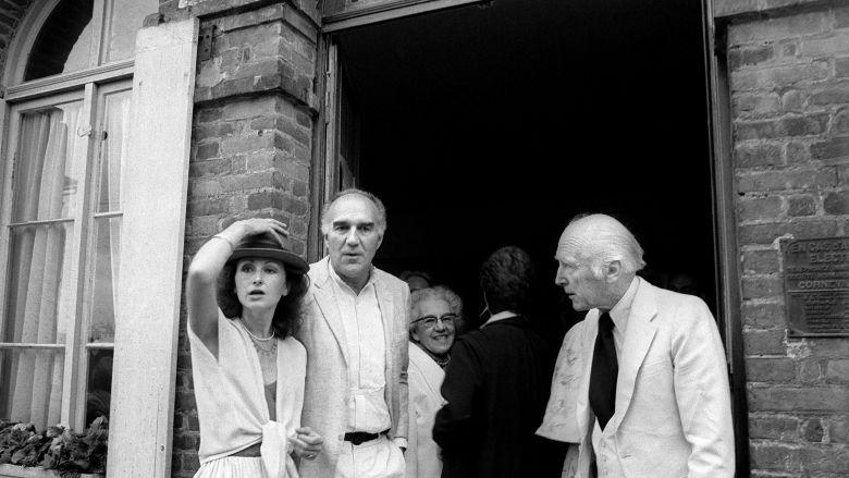 Michel Piccoli et Ludivine Clerc juste après leur mariage à la sortie de la mairie de Saint-Philbert-sur-Risle le 10 Juillet 1978 / © AFP