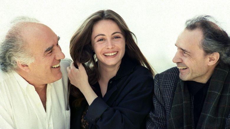 """Le cinéaste Jacques Rivette (à droite) accompagné des acteurs Michel Piccoli et Emmanuelle Béart, lors de la présentation de son nouveau film """"La belle noiseuse"""", sélectionné au Festival de Cannes, le 14 mai 1991. / © JACQUES DEMARTHON / AFP"""