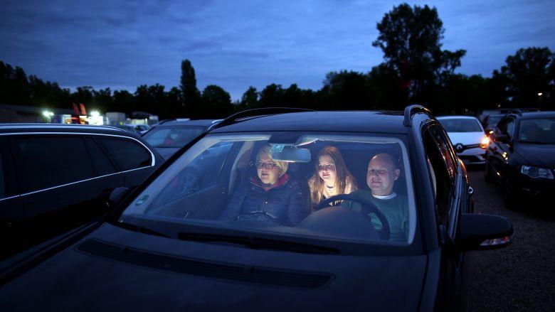 Des spectateurs allemands regardent une comédie américaine de leur voiture le 15 mai 2020, à Magdeburg en Allemagne / © DPA/MAXPPP