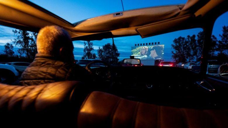 Le Drive-In en Espagne. Le spectateur écoutera le son via son autoradio. / © JOSE JORDAN / AFP