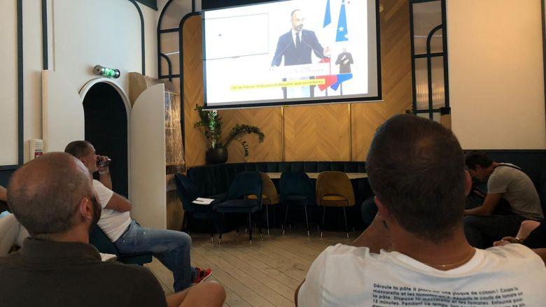 Des restaurateurs niçois attentifs aux déclarations du Premier ministre. / © Henri Migout FTV