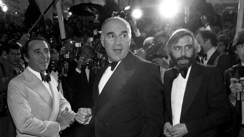 L'acteur français Michel Piccoli accompagné de l'acteur Claude Brasseur et du cinéaste Francis Girod lors du Festival de Cannes, le 30 mai 1978. / © RALPH GATTI / AFP