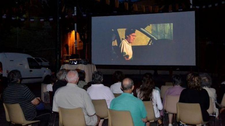 Habituellement, le cinéma itinérant s'installe sur l'écran de la place du village mais en raison des mesures sanitaires, d'autres lieux plus espacés ont été choisis. / © Photo Association Cinémaginaire