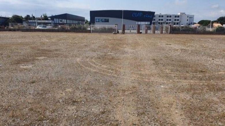 C'est sur ce terrain de 10 000 m2 que le Ciné-Drive s'installera . 150 voitures pourront y stationner / © Photo Clap Cinés
