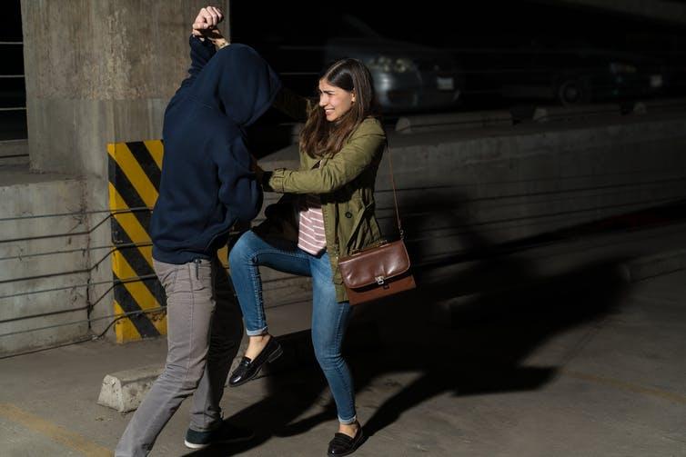 Scène de confrontation physique entre une femme et un homme